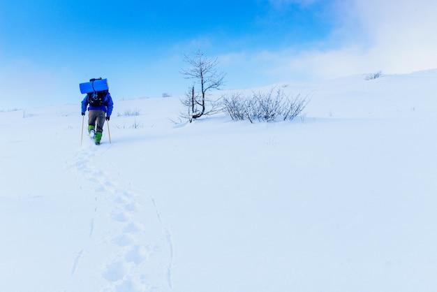 Toerist in de winterbergen