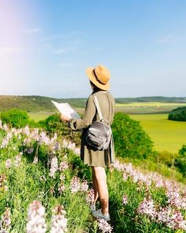 Toerist in heuvelachtig landschap
