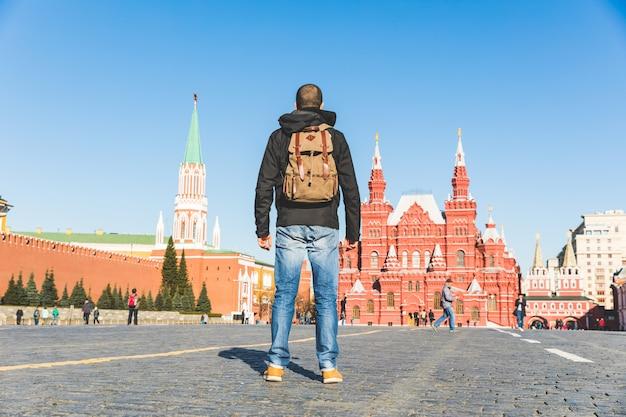 Toerist in moskou, rode plein, kijkend naar gebouwen