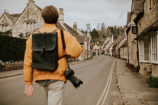 Toerist loopt het dorp in voor achteruitkijkspiegel