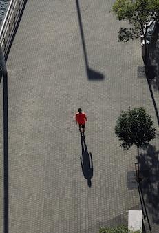 Toerist lopen op straat een bezoek aan de stad bilbao, spanje