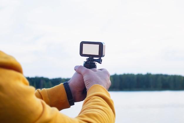 Toerist maakt een video op een actiecamera in de natuur
