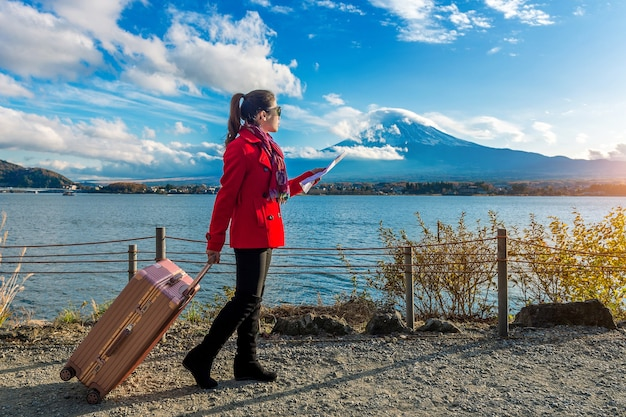 Toerist met bagage en kaart bij fuji-berg, kawaguchiko in japan.
