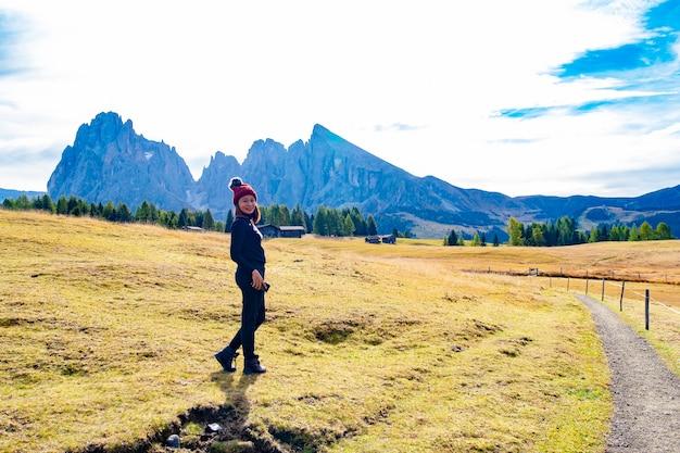 Toerist met mooie landschapsmening van dolomiet unesco-werelderfgoed in alpe di cisles, ortisei italië.
