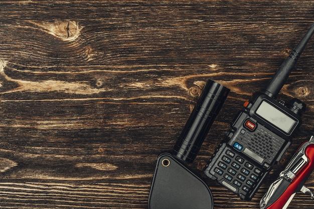 Toerist met walkie-talkie wordt geplaatst op houten achtergrond die