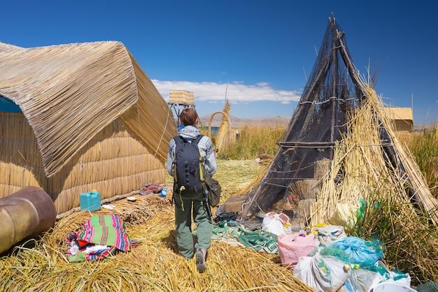 Toerist op uros-eiland, titicaca-meer, peru