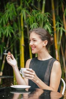 Toerist roken op het terras van een restaurant