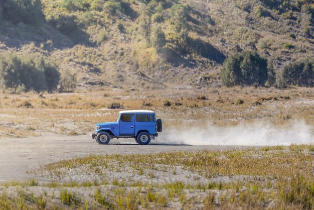 Toeristen 4x4 jeep voor toeristenhuur bij onderstel bromo in oost-java, indonesië.