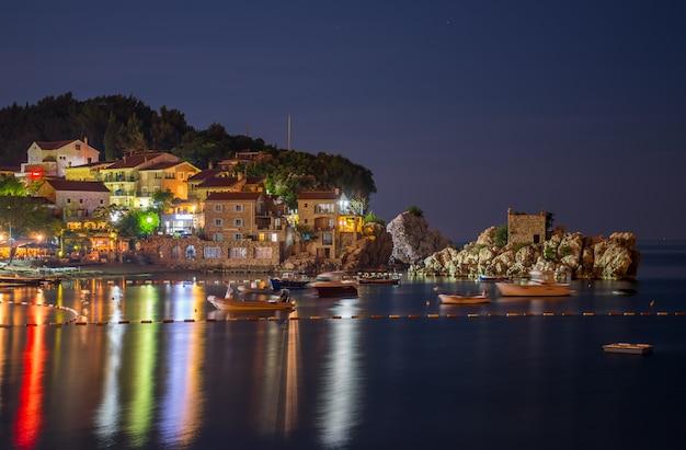 Toeristen bezochten restaurants aan de adriatische zee voor een romantisch diner bij zonsondergang.