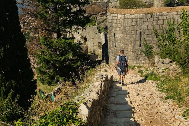 Toeristen bezoeken oude vestingwerken in kotor