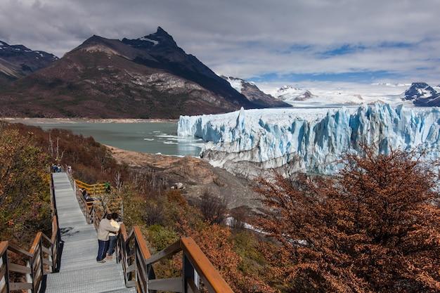 Toeristen bij perito moreno-gletsjer