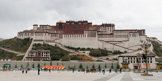Toeristen bij potala-paleis, lhasa, tibet, china