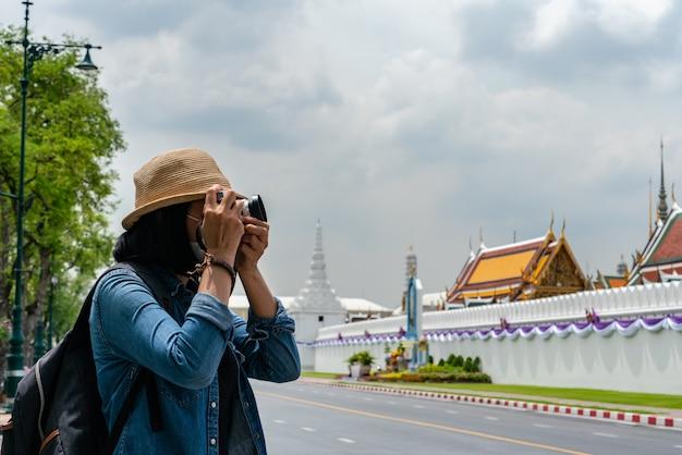 Toeristen die foto nemen van de beroemde tempel in thailand