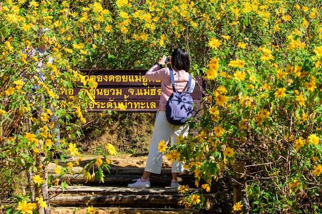 Toeristen die foto's maken bij khun yuam mae hong son thailand