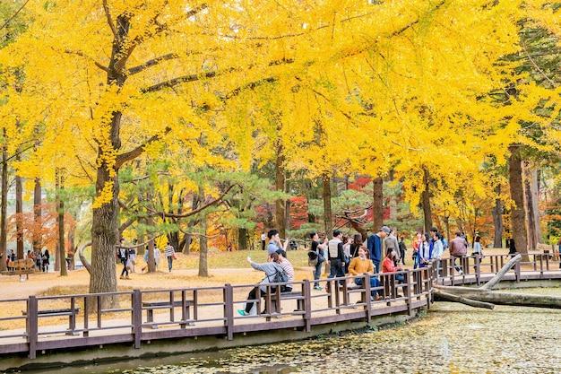 Toeristen die foto's van het meer maken