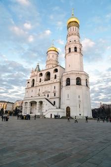 Toeristen die het kremlin bezoeken. binnen dit sobornaya-plein waar de maria-hemelvaartkathedraal staat.