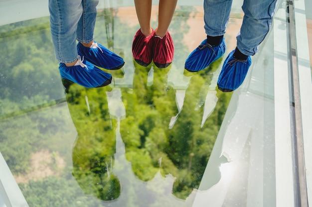 Toeristen die stoffen schoenen dragen om in skywalkpark te lopen