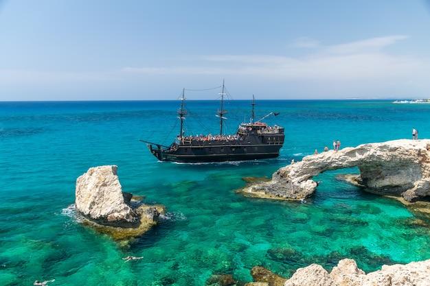 Toeristen drijven op het schip in de buurt van de meest populaire attractie