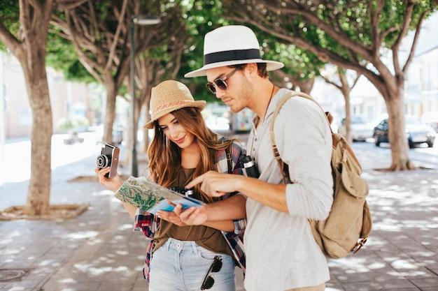 Toeristen in de stad met een kaart