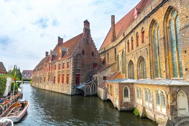Toeristen in het lopen van boot op rivierkanaal, europa