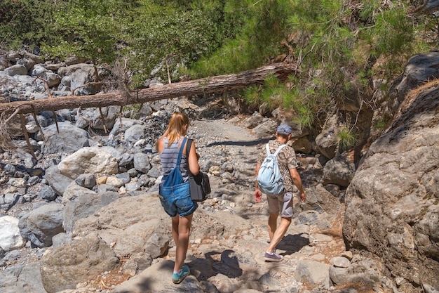 Toeristen lopen langs het parcours in de samaria kloof op het eiland kreta, griekenland.