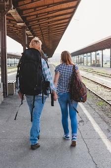 Toeristen lopen op treinstation