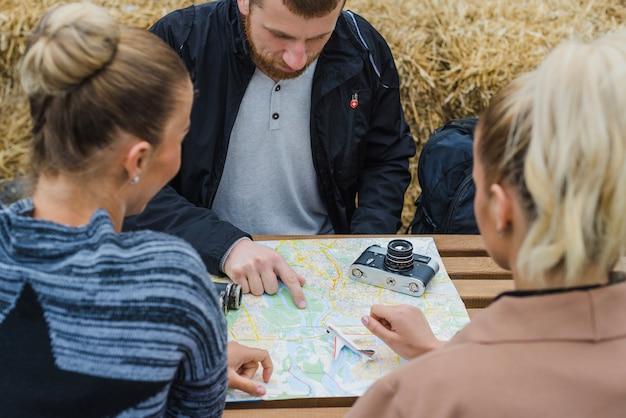 Toeristen met kaart aan tafel