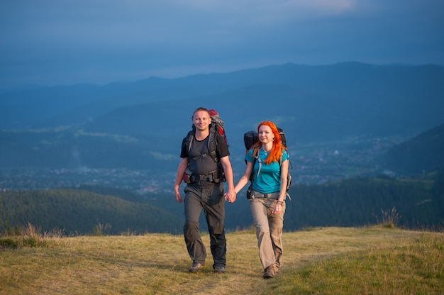 Toeristen met rugzakken die in het bergengebied wandelen