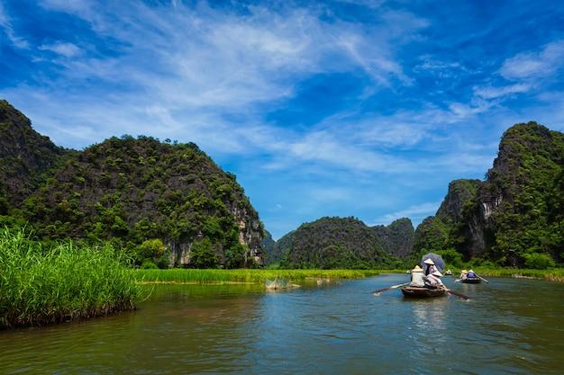 Toeristen op boten in vietnam