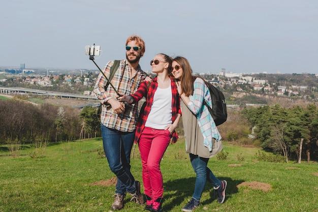 Toeristen op de heuvel nemen een selfie