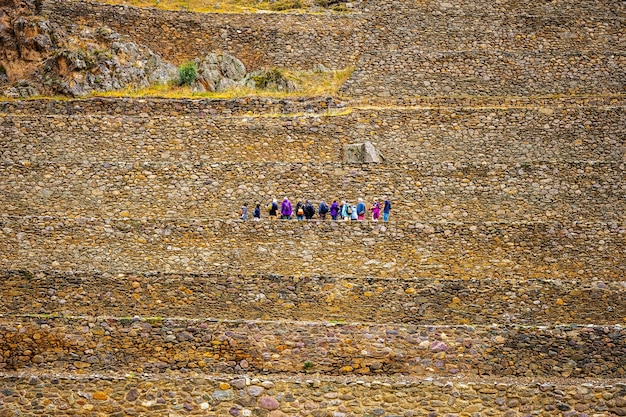 Toeristen op de stenen muren van ollantaytambo bastille