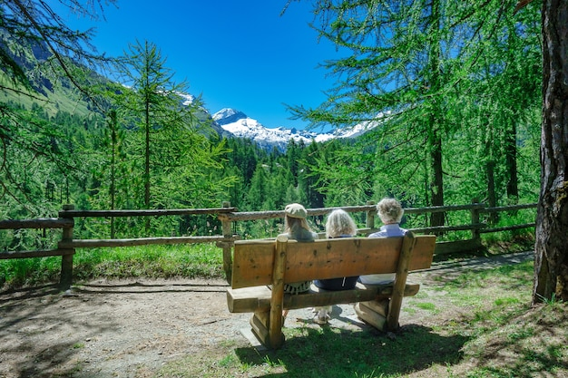 Toeristen op een bankje in de bergen