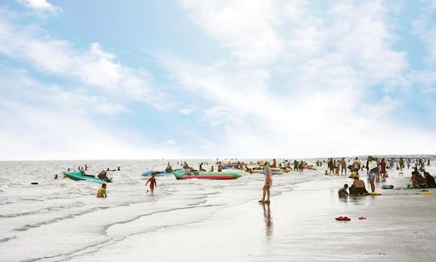 Toeristen op het strand in de zomer