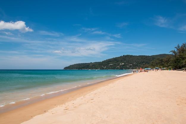 Toeristen op het strand in thailand