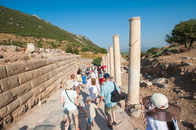 Toeristen op rondleidingen door de ruïnes, geen gids