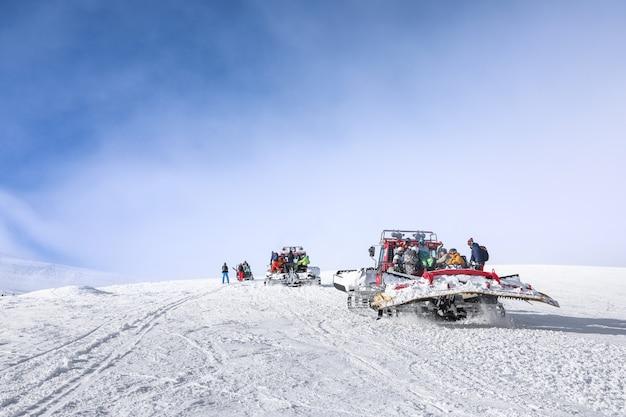 Toeristen op skipiste in besneeuwde resort. winter vakantie