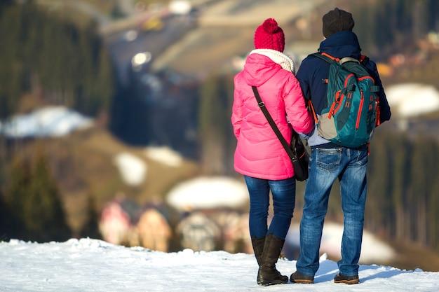 Toeristen paar genieten van uitzicht op de bergen