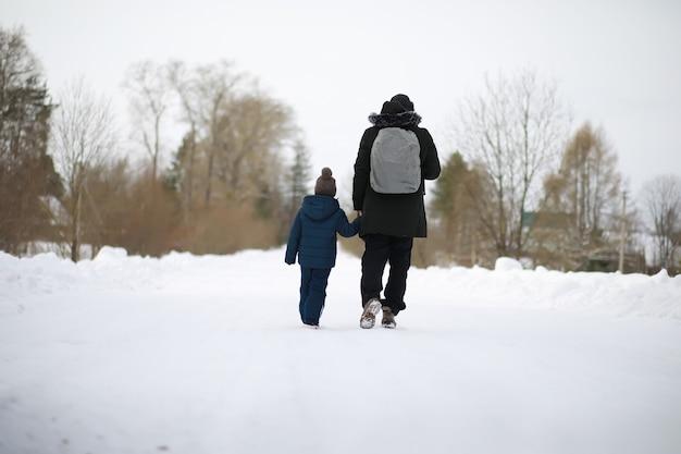 Toeristen reizen door het besneeuwde land. onderweg, wandelen en liften.