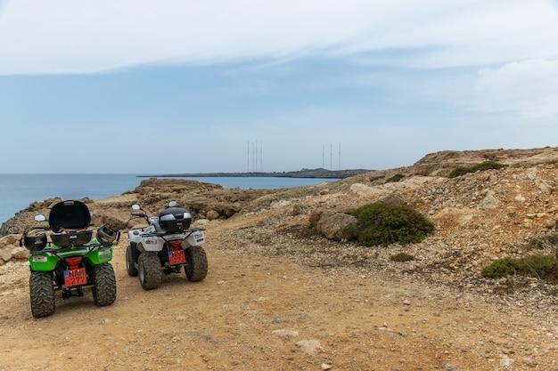 Toeristen reizen langs de azuurblauwe kust van de middellandse zee.