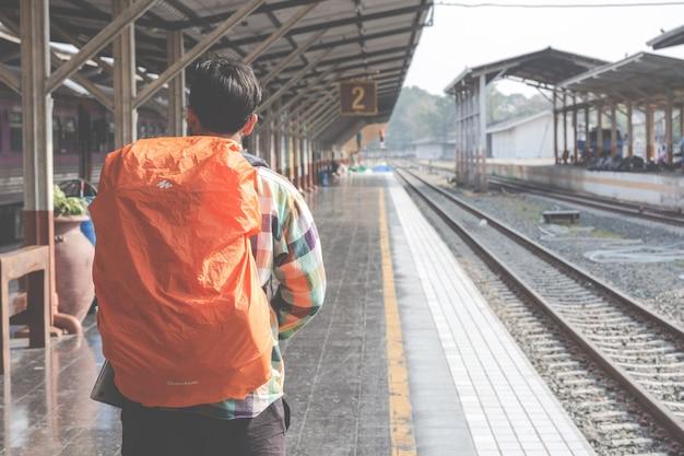 Toeristen reizen naar het treinstation.