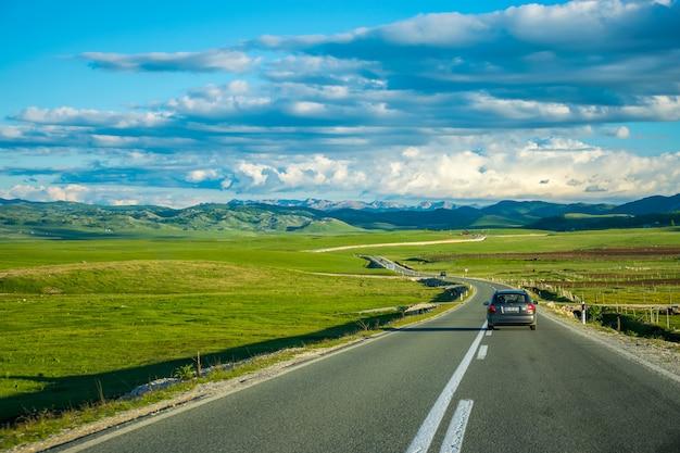 Toeristen reizen op de bergwegen van montenegro met de auto.