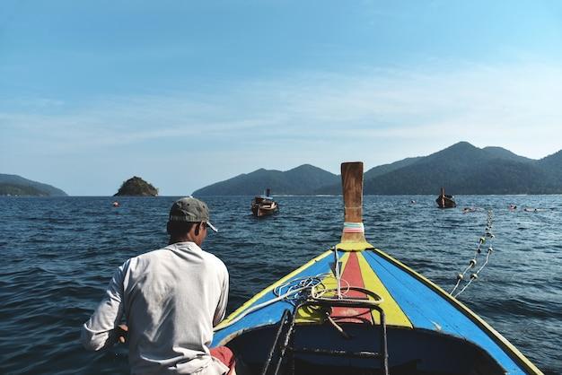 Toeristen snorkelen in lipe-eiland