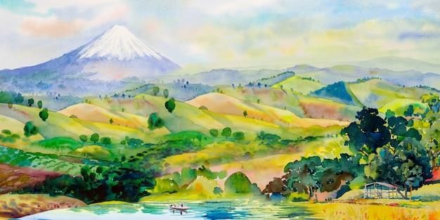 Toeristen varen op het meer mount fuji en bergketen met landbouw in de buurt van houten huis in de lente van japan.