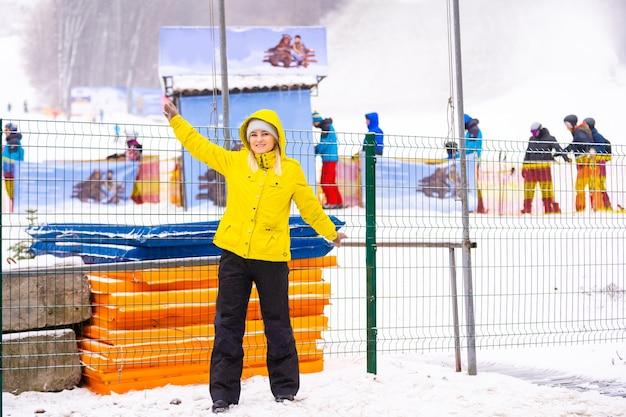 Toeristen vinden het leuk om op vakantie te skiën en snowboarden in het skiresort.