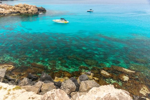 Toeristen voeren op een motorboot de blauwe lagune in om te zwemmen.