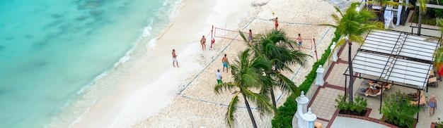 Toeristen volleyballen op het strand in luxehotel in cancun mexico