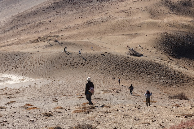 Toeristen wandelen in de bergen. toeristen komen uit de bergen. himalaya, nepal.
