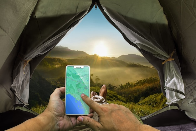 Toeristen worden wakker om de zon te zien opkomen midden in de natuur op een prachtige heuvel, natuurtoerisme seizoen, wandelen, slapen in een tent zelfstandig leven