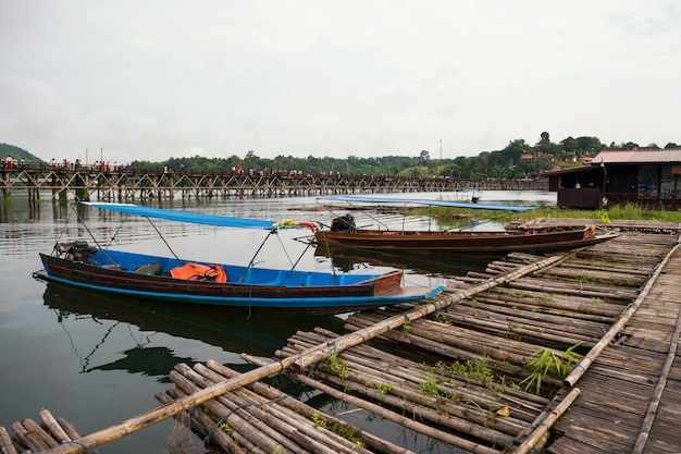 Toeristenboten dichtbij mon houten brug, sangkhlaburi