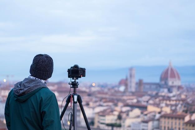 Toeristenfotograaf neemt foto op uitkijkpunt in florance, italië.